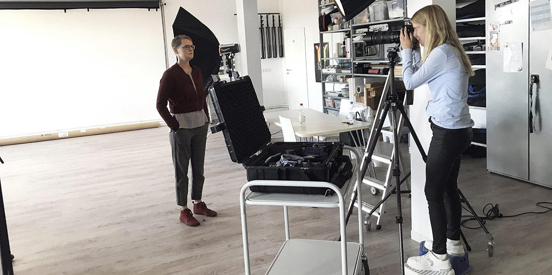 Making-of-Bild Portraits Stefanie Lombert mit Praktikantin Josephine und Fotograf mit Daniel Möller Hannover