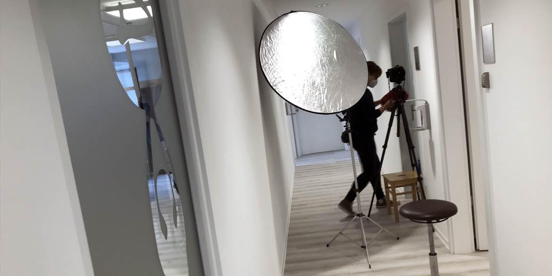 Making-of-Bild Imageaufnahmen Therapiezentrum Prietz Dresden mit Fotograf mit Daniel Möller aus Hannover