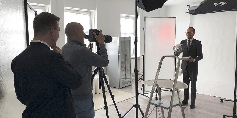 Making-of-Bild Testimonial-Portraits für Kastens Hotel Luisenhof im Mietstudio 7. Stock Hannover mit Fotograf Daniel Möller