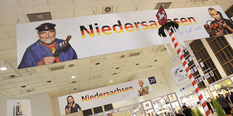 Banner in der Niedersachsen-Halle Grüne Woche 2012 Berlin mit Motiven von Fotograf Daniel Möller aus Hannover