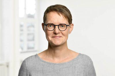Portraitaufnahmen mit räumlichem Hintergrund im Studio 7. Stock Capitol Hochhaus von Fotograf Daniel Möller Hannover